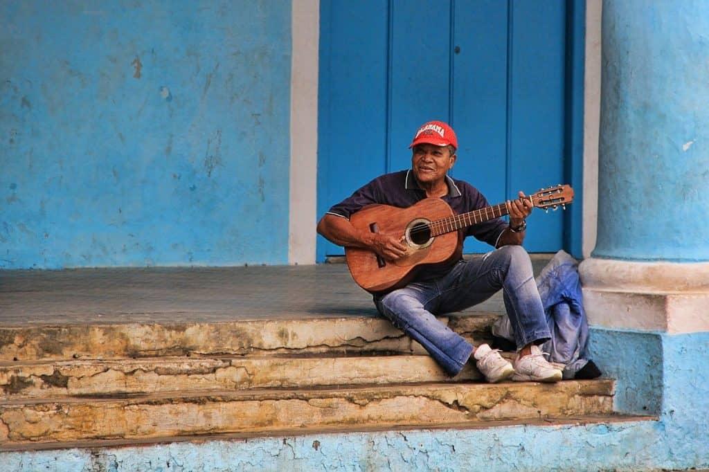 bayamo-cuba-artist-guitar